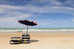 Il paesaggio della spiaggia piena di sole Immagini Stock