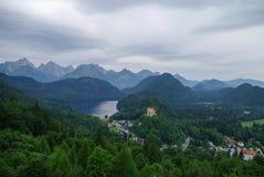Il paesaggio delle alpi bavaresi in Germania, castello di Hohenschwangau rivaleggia Immagine Stock