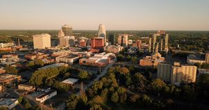 Il paesaggio delle costruzioni e la città del centro Sklyine Winston Salem North Carolina Aerial View archivi video