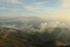 Il paesaggio delle montagne al tramonto di estate Immagine Stock