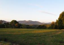 Il paesaggio delle rupe con le montagne su fondo fotografia stock