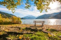 Il paesaggio di autunno con il lago della montagna in Zell vede, l'Austria Immagine Stock