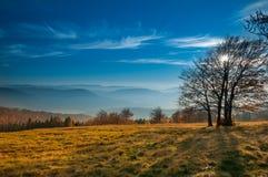 Il paesaggio di autunno della montagna in Beskidy Fotografia Stock