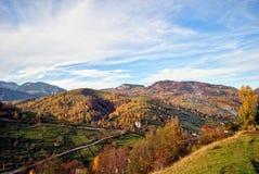 Il paesaggio di autunno della montagna con la foresta variopinta Fotografie Stock