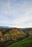 Il paesaggio di autunno della montagna con la foresta variopinta Fotografie Stock Libere da Diritti