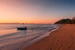Il paesaggio di Long Beach e calmo là è barca in costa a sud Tailandia, KOH Yao yai, Phang Nga del mare fotografia stock