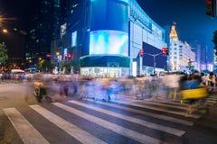 Il paesaggio di notte della città, attraversante alla notte, ha sbavato la folla Fotografia Stock