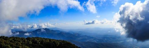 Il paesaggio di panorama ed il cielo luminoso con si rannuvolano l'alta montagna Immagini Stock Libere da Diritti