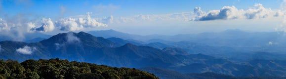 Il paesaggio di panorama ed il cielo luminoso con si rannuvolano l'alta montagna Fotografia Stock Libera da Diritti