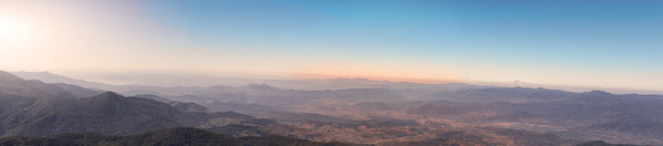 Il paesaggio di panorama ed il cielo luminoso con si rannuvolano l'alta montagna dentro Fotografie Stock Libere da Diritti