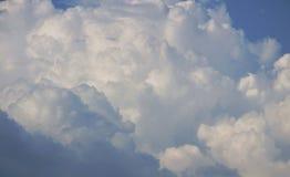 Il paesaggio di potrebbe sul cielo nel giorno soleggiato immagini stock libere da diritti
