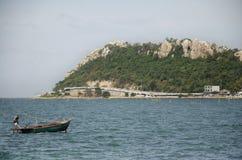 Il paesaggio di vista di Laem thaen la spiaggia scenica a di Bangsaen dell'allerta in Chon Buri, Tailandia fotografia stock libera da diritti