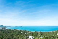 Il paesaggio di vista sul mare e della baia con la città e la foresta della noce di cocco fotografie stock libere da diritti