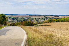 Il paesaggio e la strada asfaltata lungo l'itinerario del populair in Germania, hanno chiamato Romantische Strasse fotografie stock
