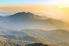 Il paesaggio ed il cielo luminoso con si rannuvolano l'alta montagna in Tailandia Fotografie Stock Libere da Diritti