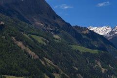 Il paesaggio idilliaco nelle alpi nella primavera con il chalet tradizionale della montagna e la montagna verde fresca pascola co Immagini Stock