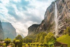 Il paesaggio incredibile con la cascata ed il canyon in Lauter Immagine Stock