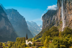 Il paesaggio incredibile con la chiesa del canyon e della cascata dentro Fotografie Stock