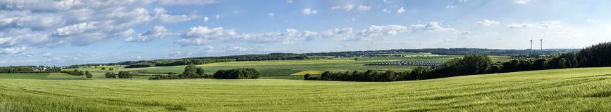 Il paesaggio nel Hunsrueck con i generatori eolici ed il sole si raccolgono Fotografia Stock