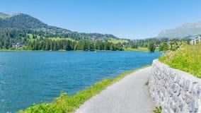 Il paesaggio nelle alpi svizzere Chalet sulla riva del lago Immagini Stock