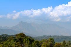 Il paesaggio nuvoloso del cielo e della montagna al tha del distretto di Chiang Mai Immagini Stock Libere da Diritti