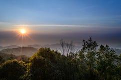 Il paesaggio nuvoloso del cielo e della montagna al tha del distretto di Chiang Mai Fotografia Stock Libera da Diritti