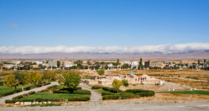 Il paesaggio panoramico con si rannuvola le montagne e la città antica di Medio Oriente Immagini Stock Libere da Diritti