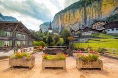 Il paesaggio pittoresco con i fiori, una cascata ed il canyon c Immagine Stock