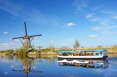 Il paesaggio pittoresco con i mulini aerei sul canale in Ki fotografie stock libere da diritti