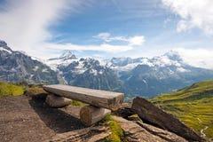 Il paesaggio pittoresco con un banco e una vista del mountai Fotografie Stock
