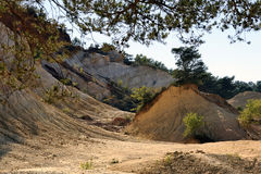 Il paesaggio rosso ha scavato tramite sei generazioni di PR ocraceo di Colorado dei minatori Immagine Stock