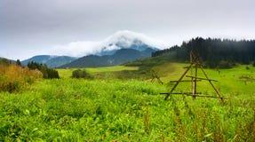 Il paesaggio rurale di estate con la vista al coperto a di nuvole bianche monta Velky Choc grande Choc in Slovacchia fotografia stock libera da diritti