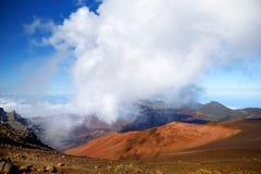 Il paesaggio sbalorditivo del cratere del vulcano di Haleakala preso dalle sabbie scorrevoli trascina Sono riempiti sempre di vei Fotografie Stock