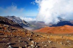 Il paesaggio sbalorditivo del cratere del vulcano di Haleakala preso dalle sabbie scorrevoli trascina Sono riempiti sempre di vei Immagine Stock Libera da Diritti