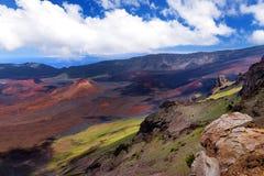Il paesaggio sbalorditivo del cratere del vulcano di Haleakala preso a Kalahaku trascura alla sommità di Haleakala Maui, Hawai Immagine Stock Libera da Diritti