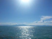 Il paesaggio si appanna il sole del timelampse ed il cielo del lago Immagini Stock
