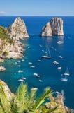 Il paesaggio splendido del faraglioni famoso oscilla sull'isola di Capri, Italia immagine stock