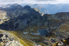 Il paesaggio stupefacente dei laghi Elenski e Malyovitsa alzano, montagna di Rila Fotografia Stock