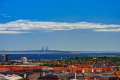 Il paesaggio urbano aereo panoramico della città di Copenhaghen e Oresund gettano un ponte sulla Danimarca fotografia stock
