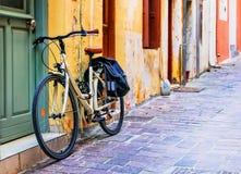 Il paesaggio urbano - bike in vecchia città di Rethymno, Creta, Grecia Immagine Stock