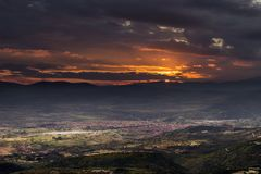 Il paesaggio urbano bruciante del tramonto di Pirot preso dalla sommità ha chiamato Basara fotografie stock