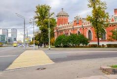 Il paesaggio urbano comprende parallelamente l'architettura storica splendida con i formes minimalisti moderni, Mosca, Russia Immagini Stock Libere da Diritti