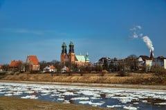 Il paesaggio urbano con il fiume Warta e la cattedrale si eleva Fotografie Stock Libere da Diritti