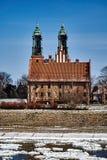 Il paesaggio urbano con il fiume Warta e la cattedrale si eleva Immagine Stock