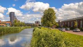 Il paesaggio urbano con il parco alloggia le vie Fotografie Stock Libere da Diritti
