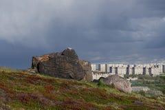 Il paesaggio urbano dell'architettura sovietica di Murmansk ed il fogliame luminoso di estate Immagini Stock