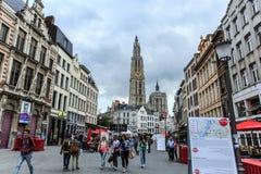 Il paesaggio urbano di Anversa con la gente nella via e la cattedrale della nostra signora si elevano, il più alta cattedrale nel Fotografia Stock Libera da Diritti