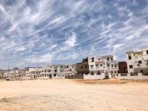 Il paesaggio urbano di belle case di pietra bianche è ancora islamico islamico arabo per i cittadini normali, cittadini nel deser Fotografia Stock Libera da Diritti