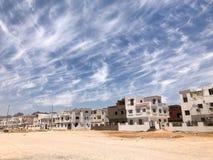Il paesaggio urbano di belle case di pietra bianche è musulmano islamico arabo per i cittadini normali, cittadini nei agains del  fotografia stock