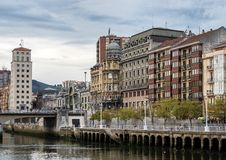Il paesaggio urbano di Bilbao, Spagna Il fiume di Nervion attraversa la citt? di Bilbao fotografie stock